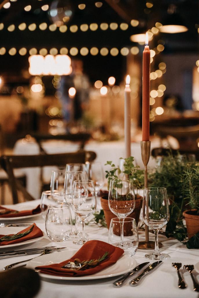 décoration de table terra cotta, bougeoirs laiton et plantes aromatiques