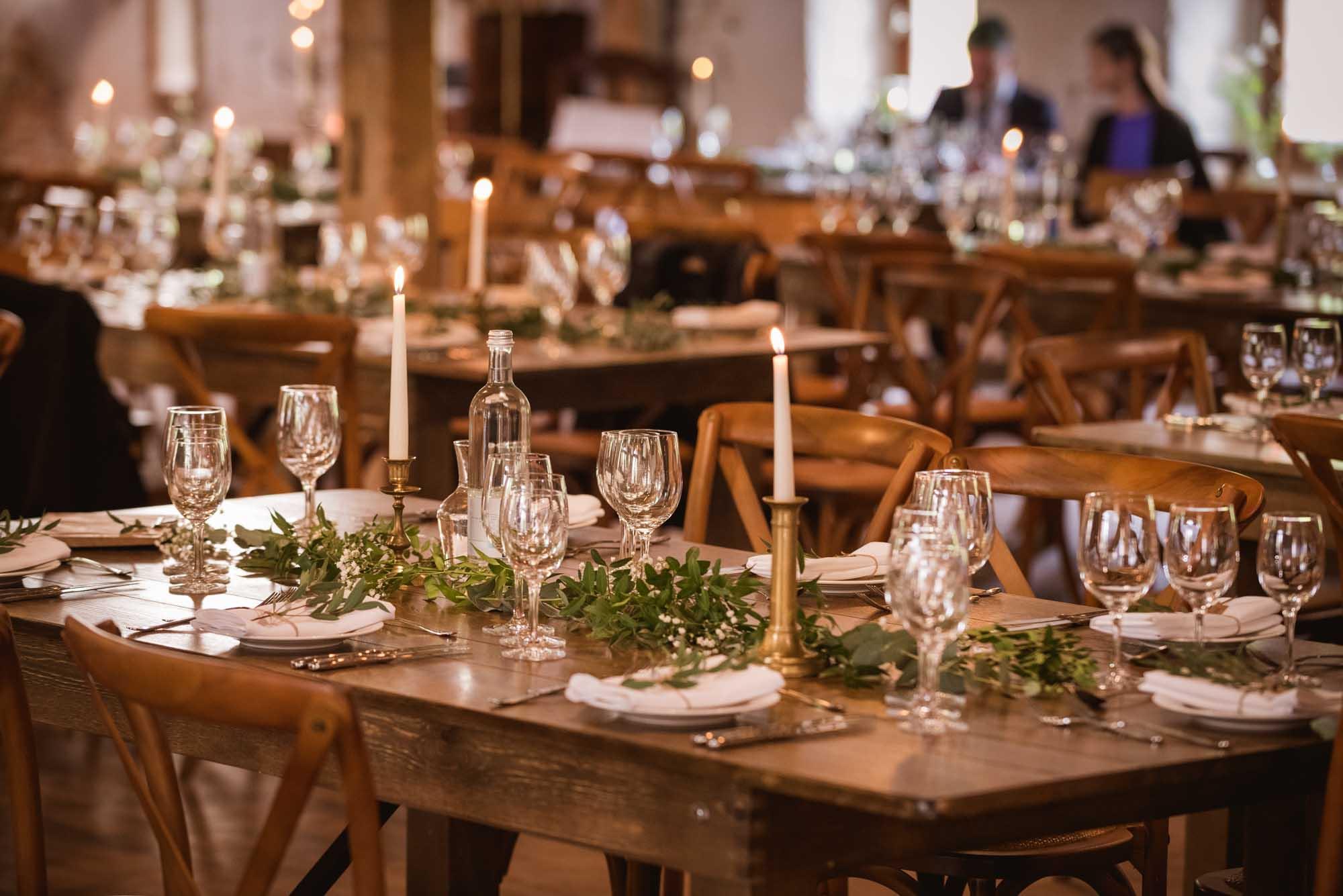 Table en bois et chemin de table végétal