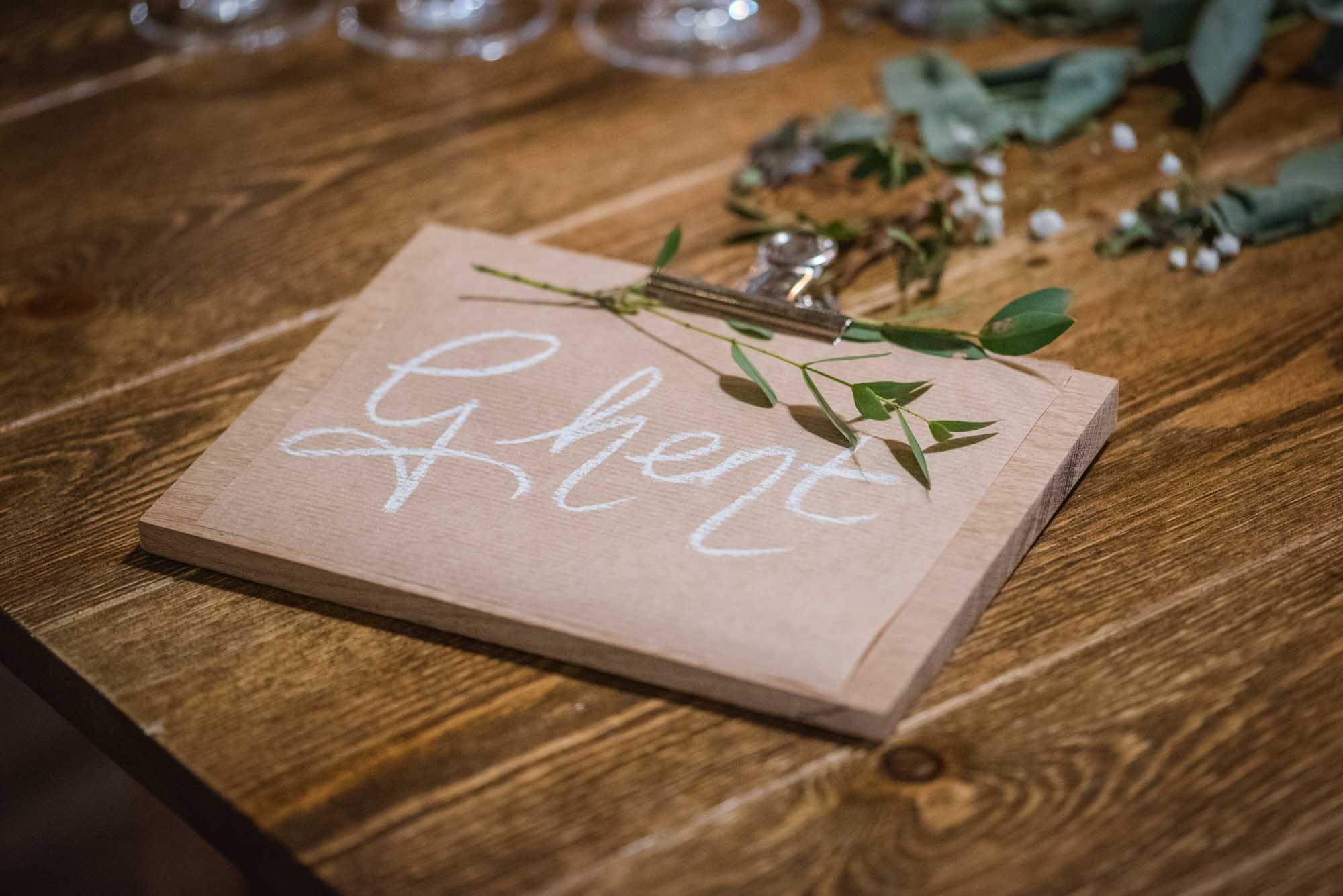 Nom des tables en blanc sur bois
